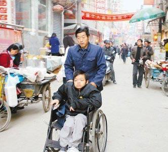 父亲推轮椅送高位截瘫儿子上大学
